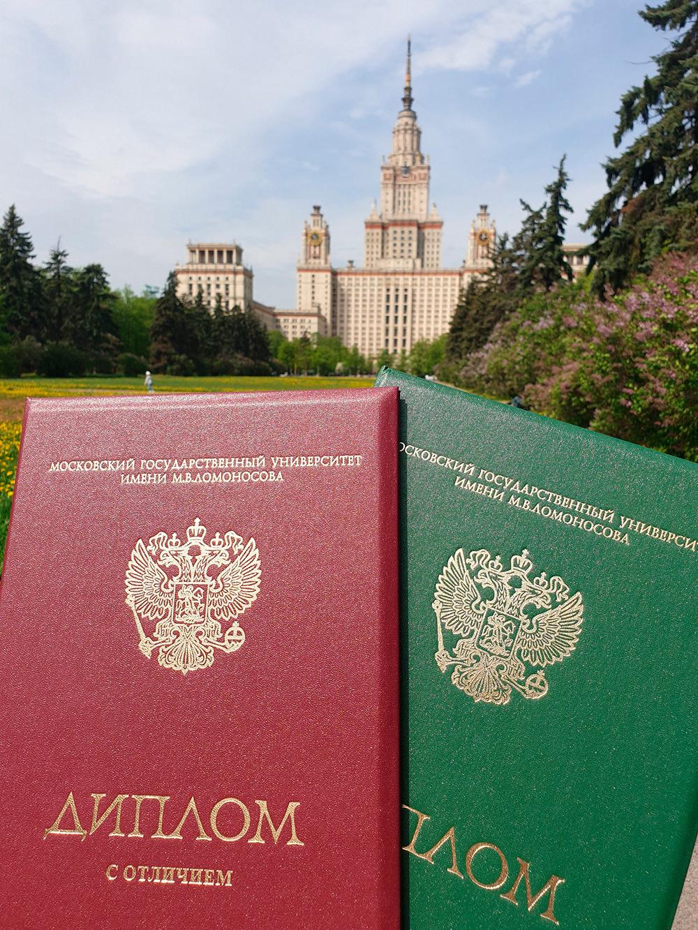 По диплому выпускников МГУ пускают во все здания. В Аптекарский огород тоже вход бесплатный