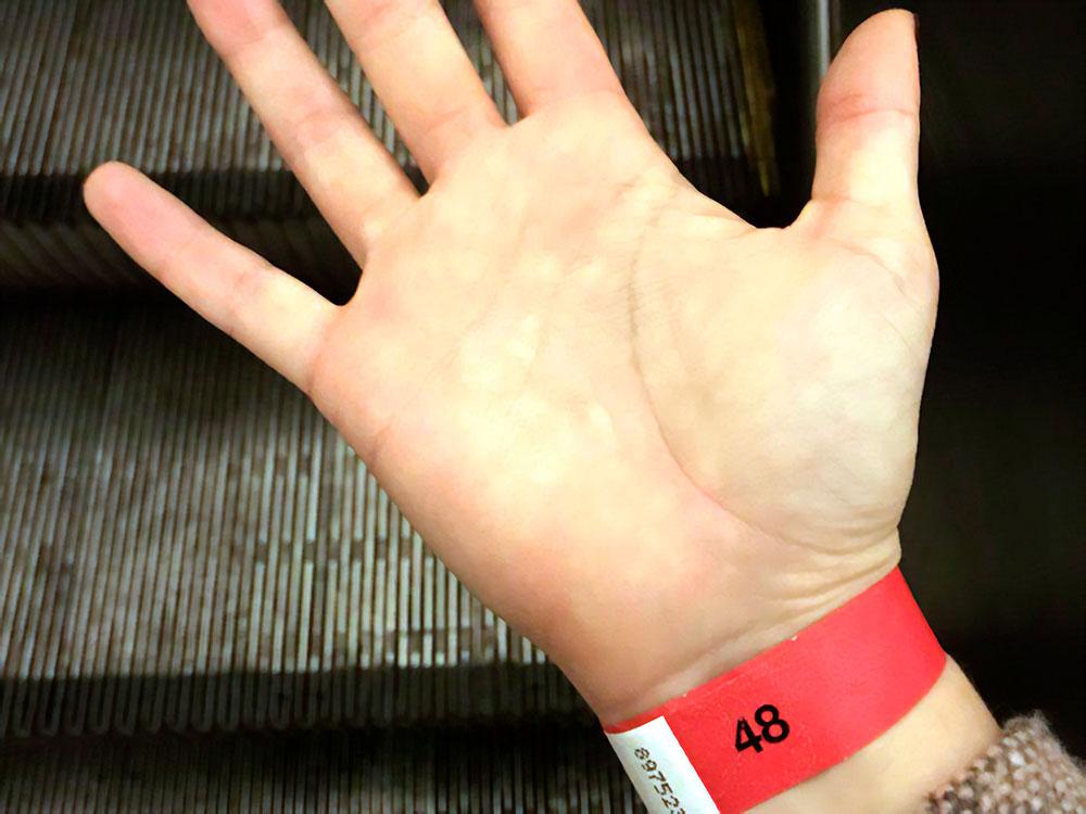 Заветный браслет с номером на завтра. Все происходит быстро, и я успеваю вернуться домой на метро