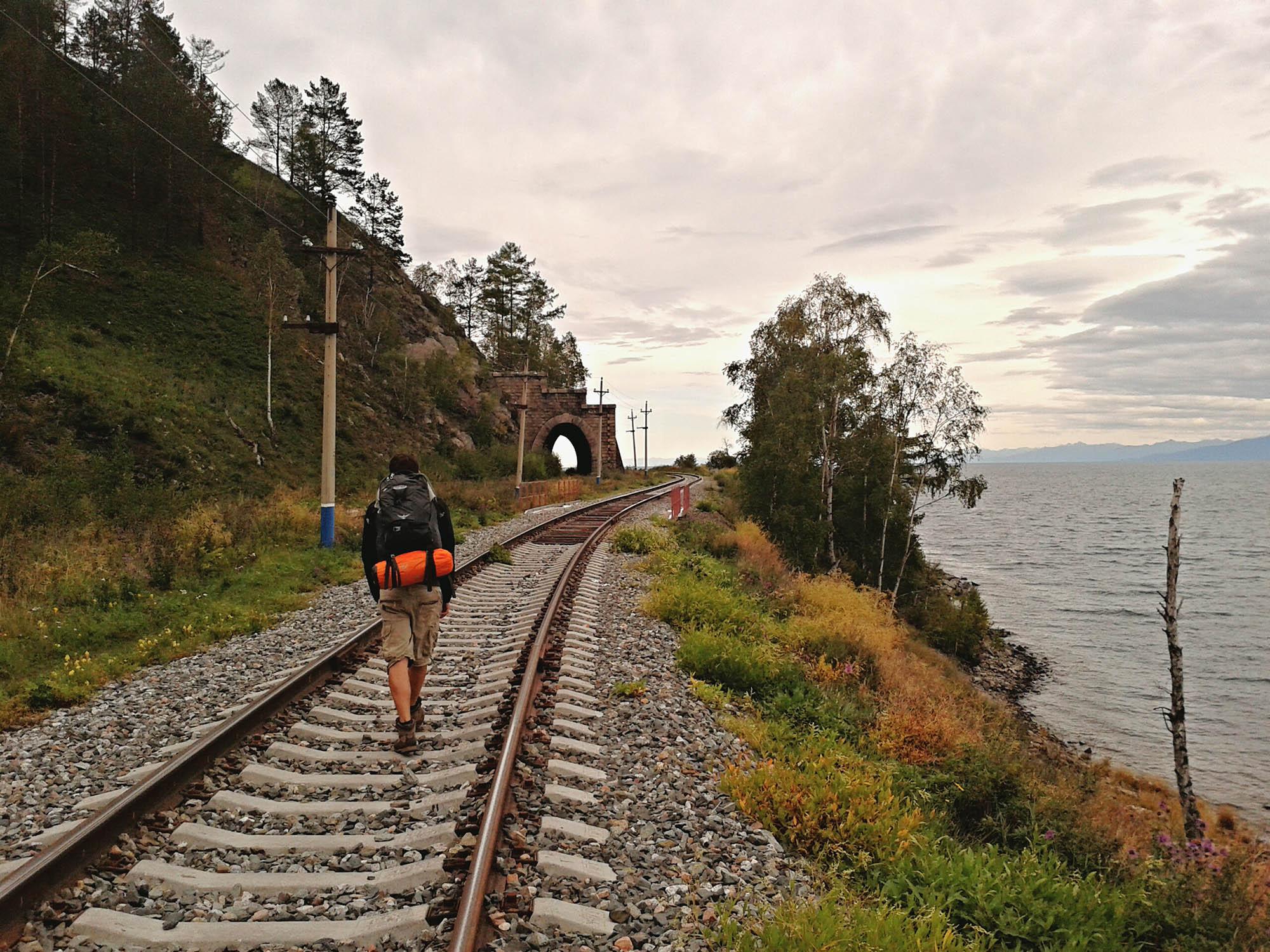 Кругобайкальская железная дорога — инженерное произведение искусства. По ней можно пройти пешком, а можно проехать на поезде