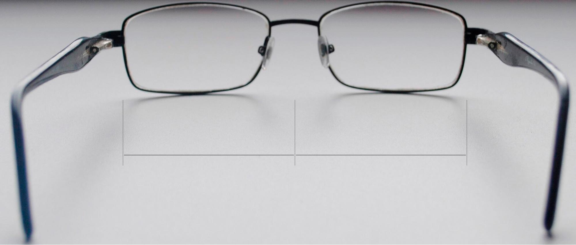 В симметричных очках расстояния от краев ободков до середины моста равные