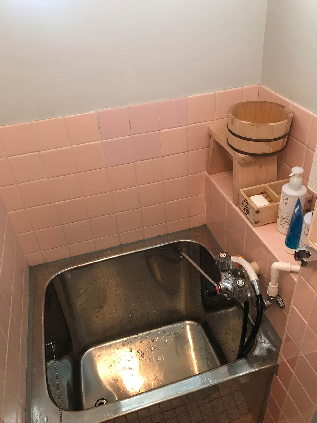Если снимаете квартиру в центре Киото через «Эйр-би-эн-би», учтите, что дом может быть старым и с маленькой ванной: традиционно в Японии моются, сидя на деревянной табуретке. Вот в такой ванне мы мылись три дня