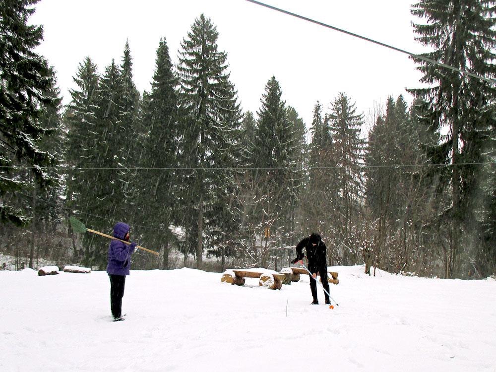 Зимой клиентов почти не было, мы от скуки играли в гольф на снегу
