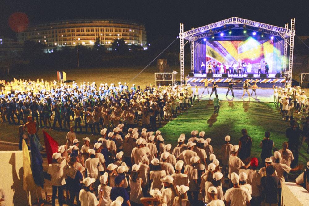 Вечернее мероприятие в «Жемчужине России». Если отряд опаздывает на мероприятие, его могут наказать, например разрешить танцевать на дискотеке меньше, чем остальным. Фото: «Мосгортур»