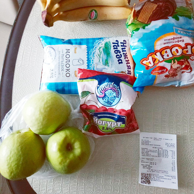 Купили немного вкусностей, в томчисле молоко. Молока, которое я получаю на работе за вредность, нам не хватает