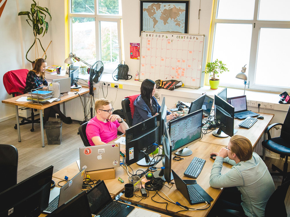 Сергей и Антон записывают расходы, доходы и цели на месяц на доске. Каждый работник видит, к чему стремится компания