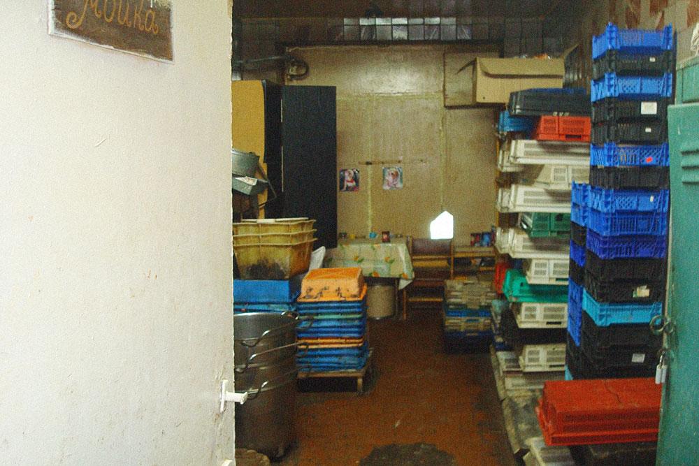Мойка была заодно комнатой отдыха. Здесь сотрудницы перекладывали в сумки то, что удалось стащить во время работы. Воровали все. Пекари таскали домой сырье, которое им выдавали на складе. Они были из тех, кому дашь сырья на 100 беляшей, они сделают 100 беляшей, а четверть сырья умудрятся забрать с собой. У фасовщиков не было доступа к сырью — они уносили готовую продукцию, а потом говорили, что пекари сделали меньше