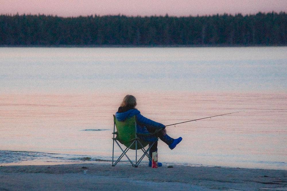 Легкое кресло удобно перенести к воде, чтобы рыбачить