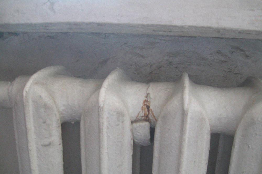 Старый радиатор хоть и выглядит страшно, но еще ни разу не подвел, поэтому я решила его оставить
