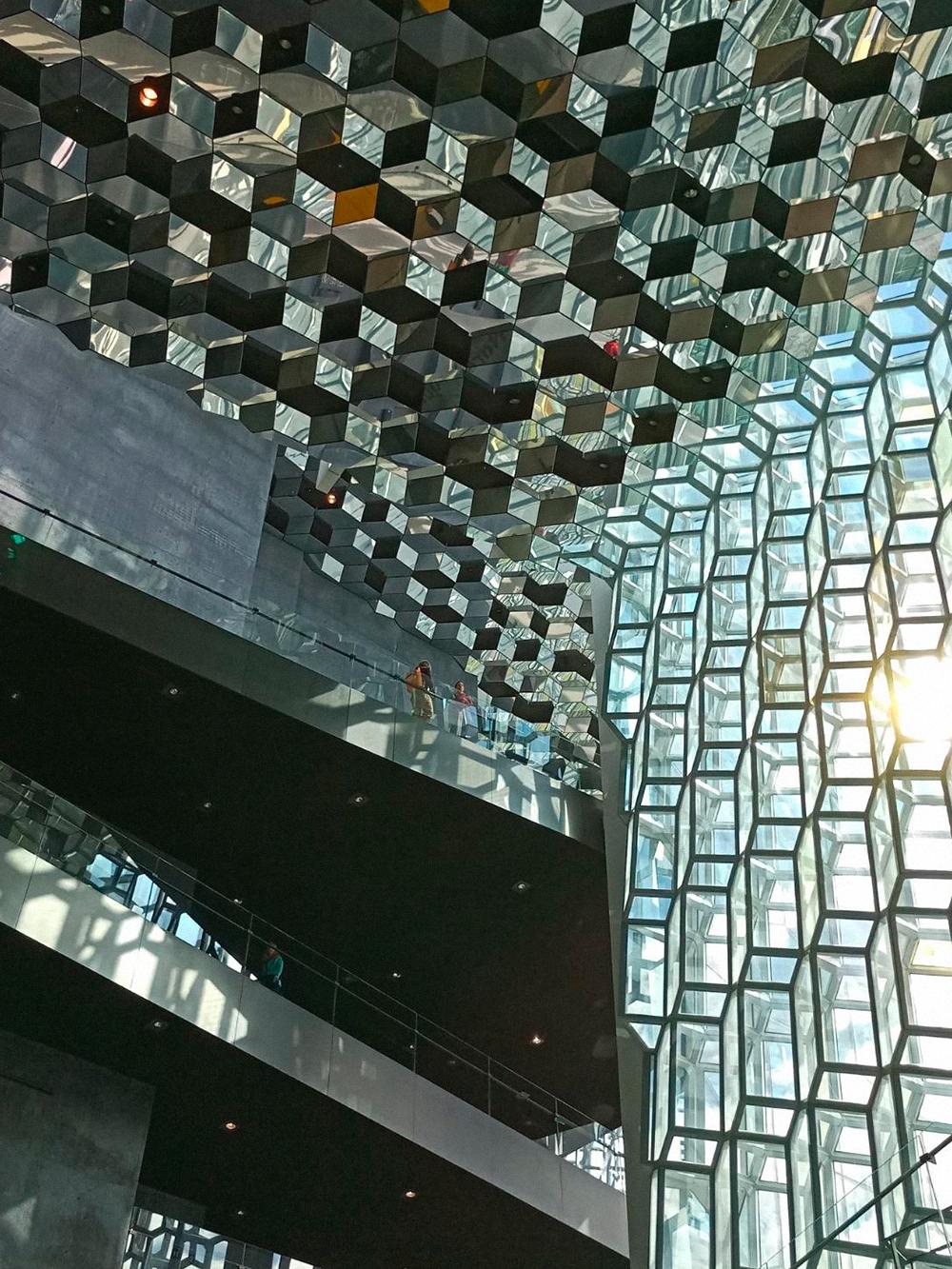 Снаружи концертный зал Харпы напоминает рыбацкую сеть, до отказа набитую сверкающей на солнце рыбой, а внутри он похож на зеркальный улей