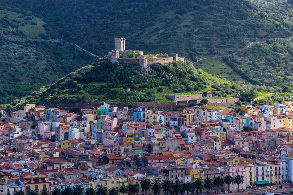 Городок Боза расположен на холме. Фото: Alan / Flickr