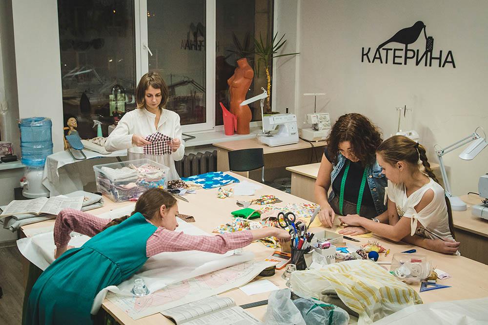 Надя старается сохранить в студии домашнюю атмосферу, чтобы ученицы чувствовали себя уютно