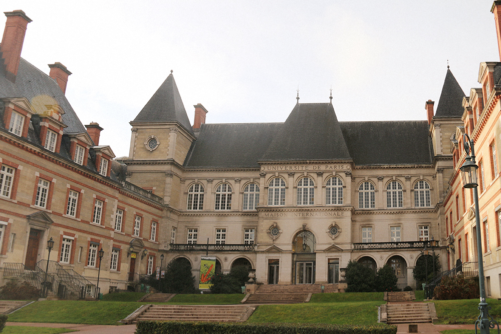 Здание общежития для студентов в Париже больше похоже на дорогой особняк. Кроме комнат, здесь есть свои библиотека, бассейн, спортзал и даже театр