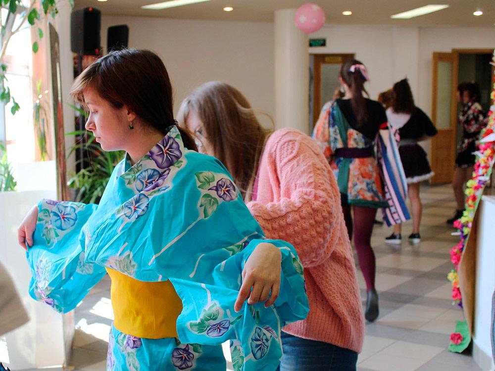 Университетский праздник японской культуры: студенты мастерят костюмы для выступлений
