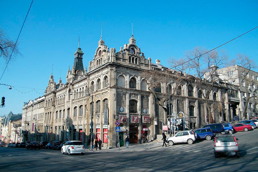 Универмаг, открытый торговым домом «Кунст и Альберс» в1884году. Все материалы длястроительства доставляли насудах изГамбурга. Здание реконструировали, сейчас здесь по-прежнему находятся магазины