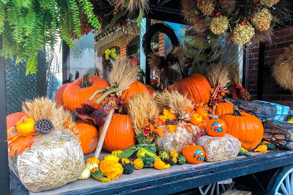 В преддверии Хеллоуина около магазинов устраивают развалы тыкв всех форм и размеров