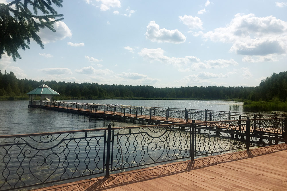 Озеро Центральное с пирсом и беседкой. Можно взять лодку и катамаран напрокат за 200—250<span class=ruble>Р</span> в час