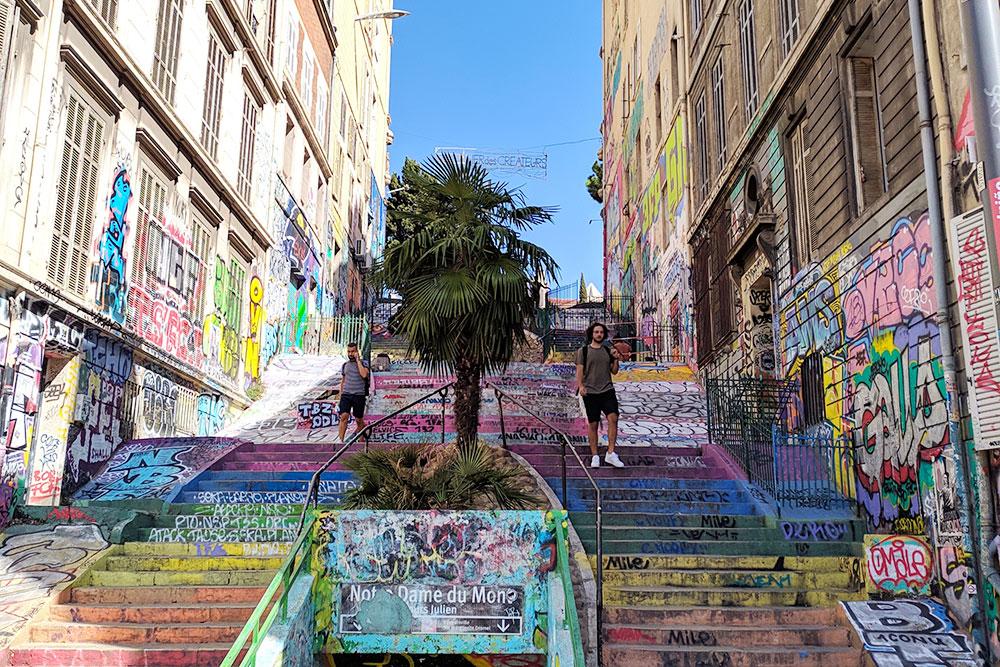 Это одно из туристических мест — лестница Cours Julien. Поднявшись по ней, найдете ночной клуб и огромное количество баров