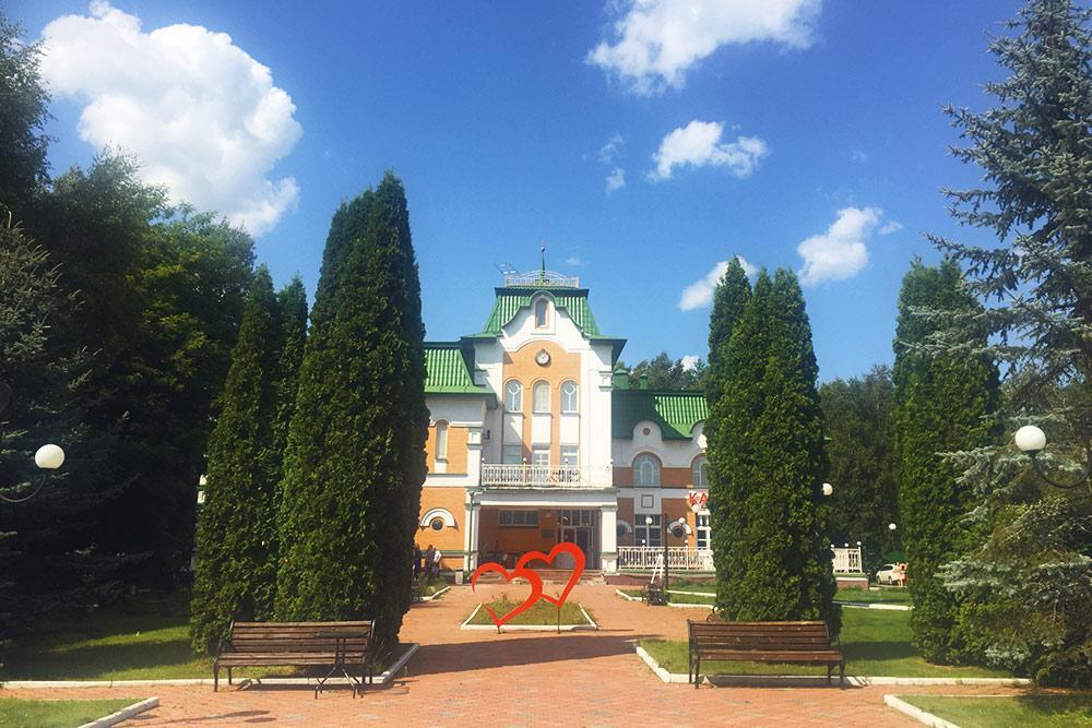 Гостиничный комплекс «Орловское полесье». Стандартный номер стоит 2500—2800<span class=ruble>Р</span>, люкс — 4600<span class=ruble>Р</span>