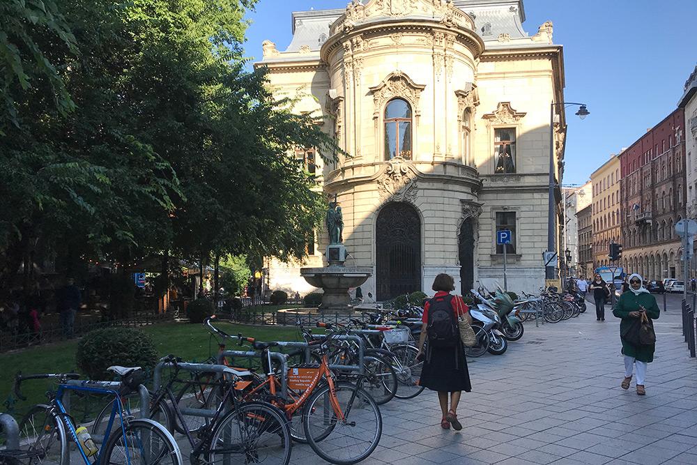В отличие от других сервисов, для оранжевых велосипедов Donkey Republic не нужно искать специальные станции — главное, оставить их на любой велопарковке, но в пределах определенной зоны