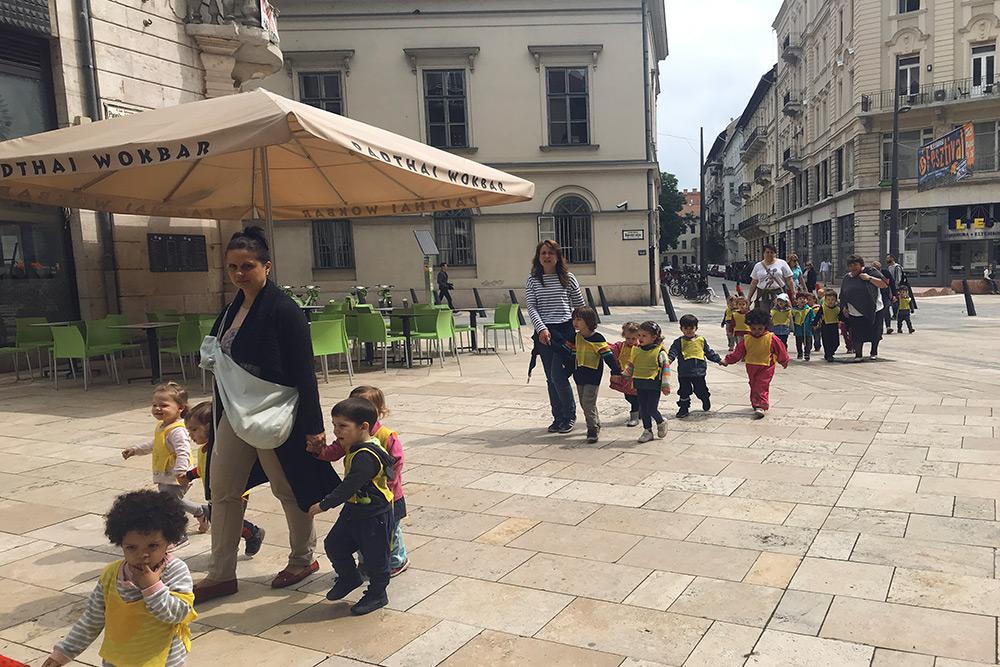 На прогулки малышей выводят группами, на них надевают яркие жилетки. Воспитателей в садике называют neni + имя: например, neni Magdi — то есть тетя Магди