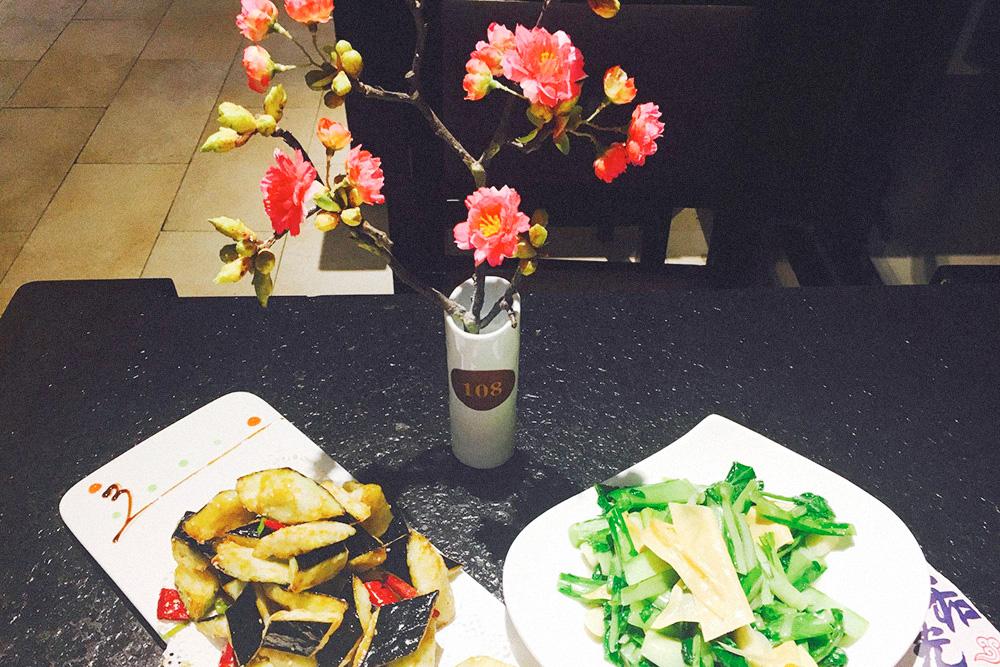 Мои любимые блюда: жареные баклажаны и тофу с капустой. В китайской кухне очень много блюд без мяса — рай для вегетарианцев