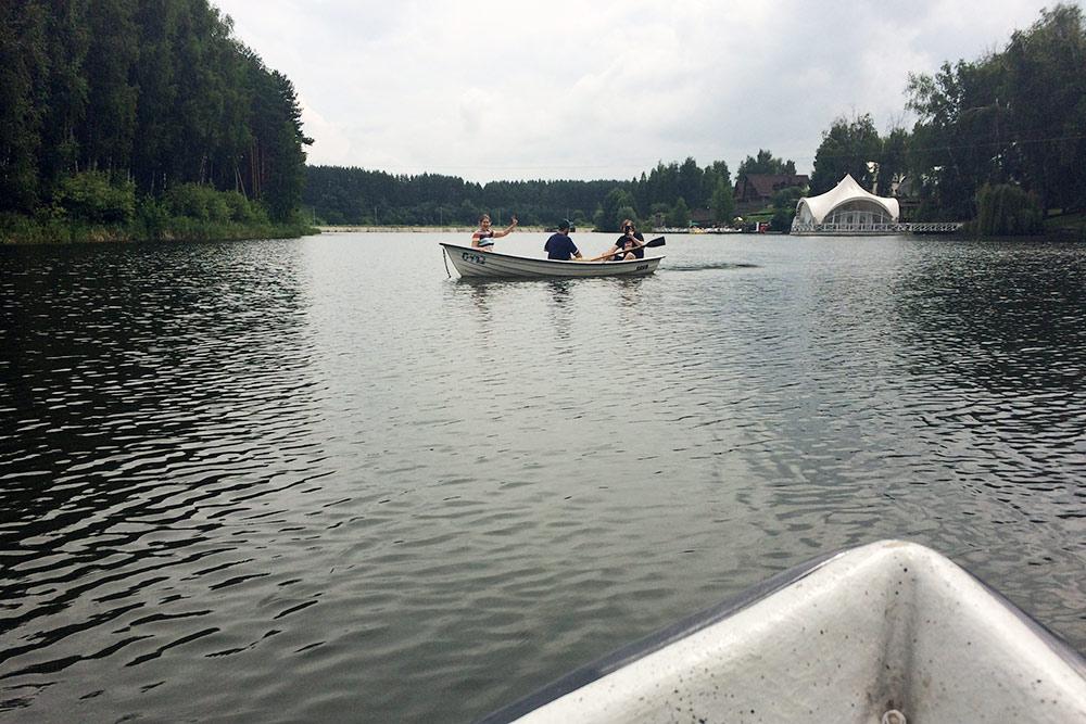 Это мы с друзьями катаемся на лодках. Аренда — 300<span class=ruble>Р</span> в час