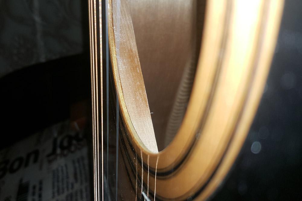 Распознать материал можно, взглянув на поперечное сечение верхней деки. Ламинат выглядит как слоеный пирог, состоящий из листов шпона