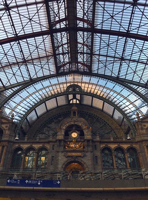 Вокзал Антверпена — городская достопримечательность. Это огромное роскошное здание больше походит на дворец