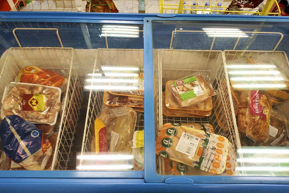 В соседнем крупном поселке выбор мясного уже получше: есть и курица, и субпродукты, и полуфабрикаты. На фото полупустой морозильник — продавщицы сказали, что все разобрали и скоро привезут новый товар