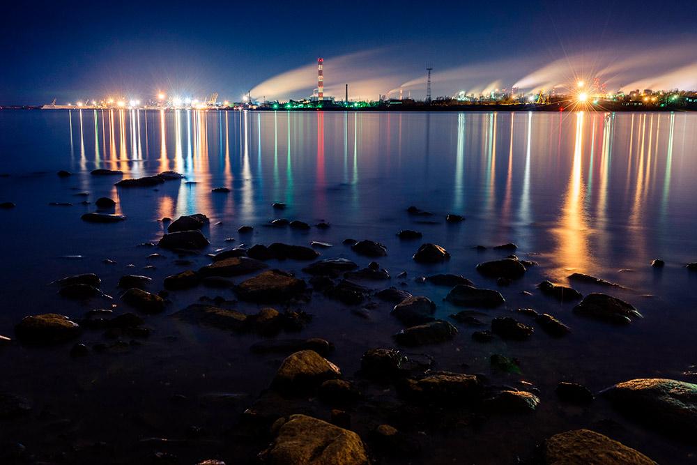 В вечернее и ночное время завод наполняется огнями. Фото: Mikhail Egorov / Shutterstock