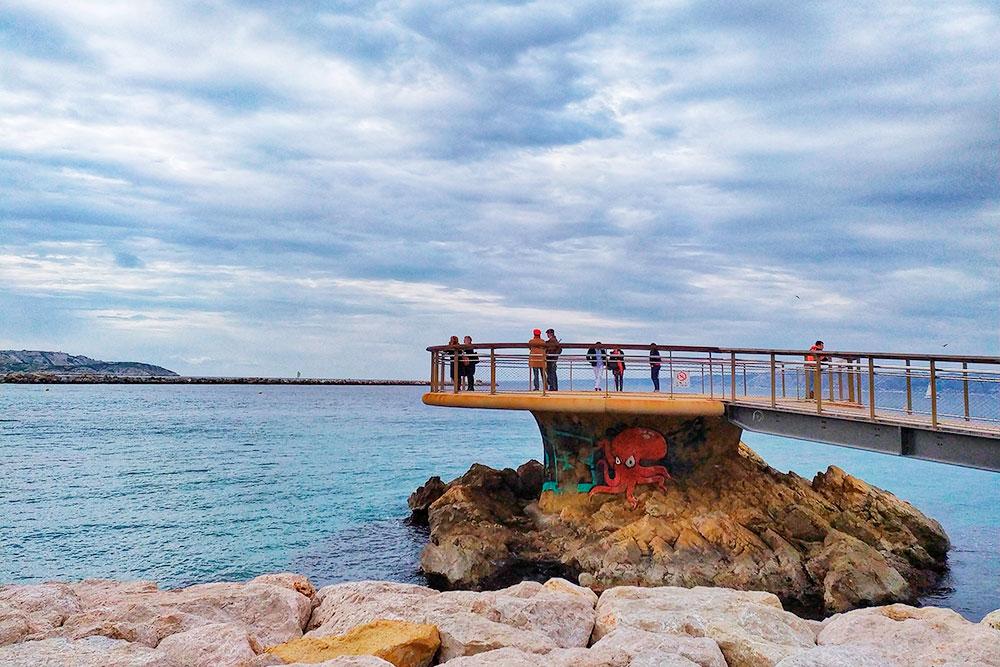 Именно с этой площадки на пляже Каталань можно увидеть легендарный остров Иф. И этого будет достаточно