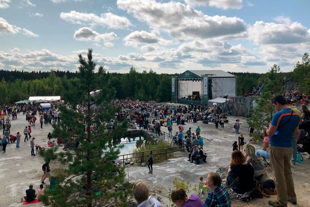 По словам моей мамы, на фестивале было много людей, в том числе и иностранцев
