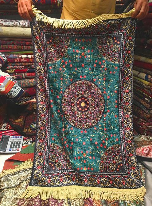 «Шелковый» ковер в турецком магазине