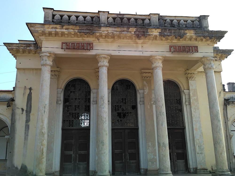 Железнодорожный вокзал в Гудауте. Внутри — обвалившийся потолок и надписи на стенах