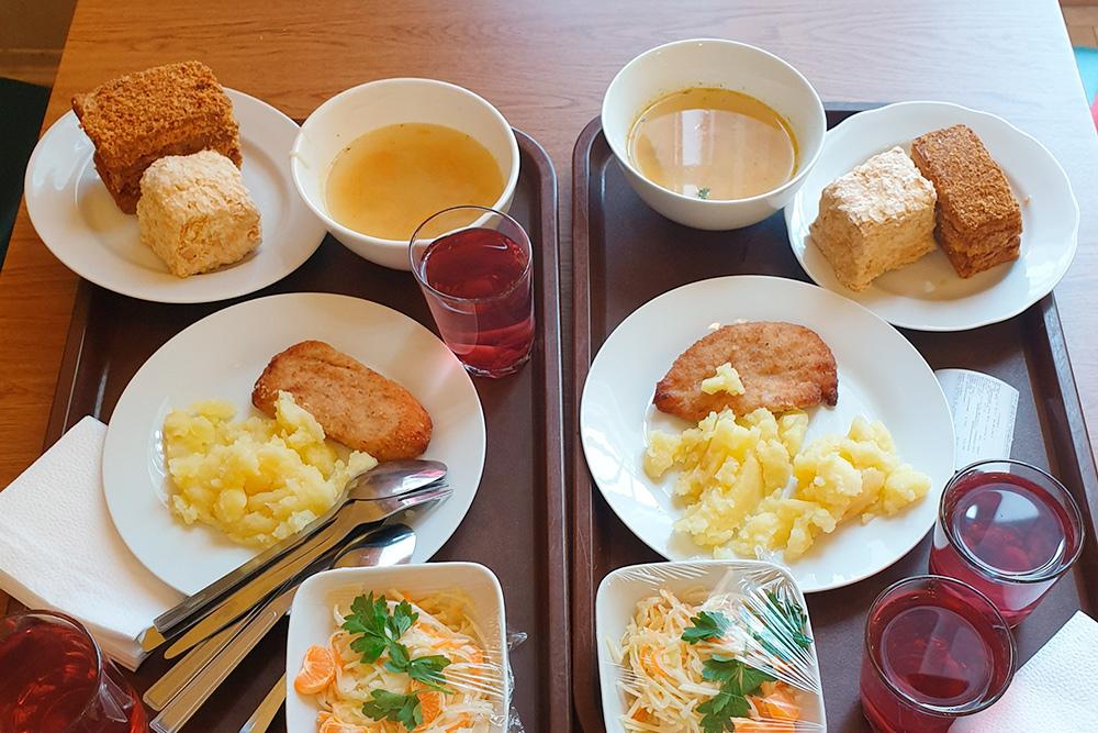 Пообедали в студенческой столовой. Еда очень вкусная, вспоминаешь студенческие времена. Кстати, этот кусок торта «Наполеон» стоит всего 25 рублей