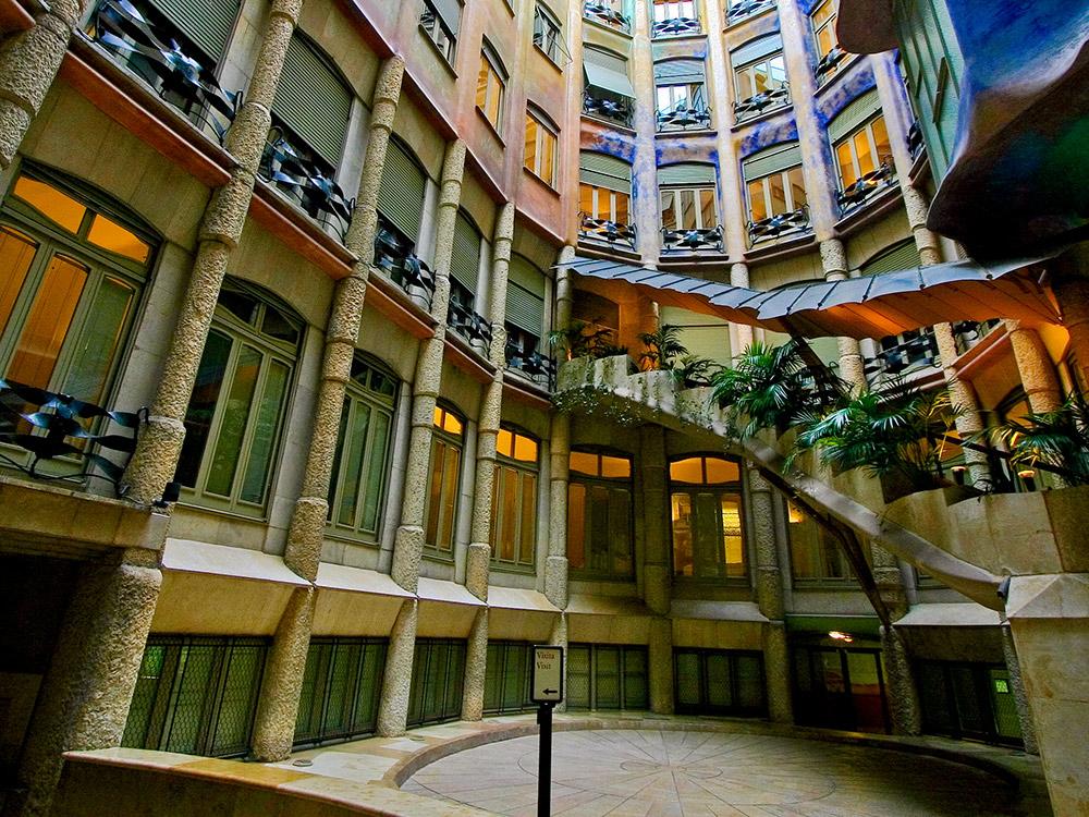 Внутренний двор дома «Ла Педрера», который построил архитектор Антонио Гауди. Фото: Andries3/Flickr