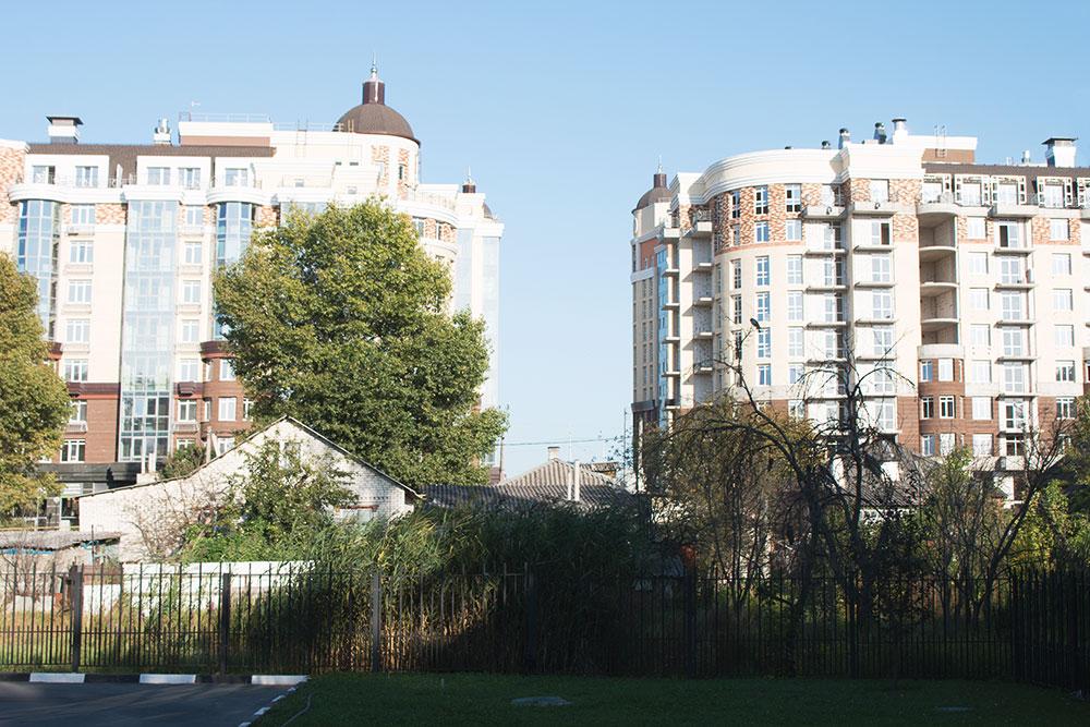 Частные дома в Белгороде запросто могут стоять бок о бок с новостройками. Это центр города — до Соборной площади 500 метров