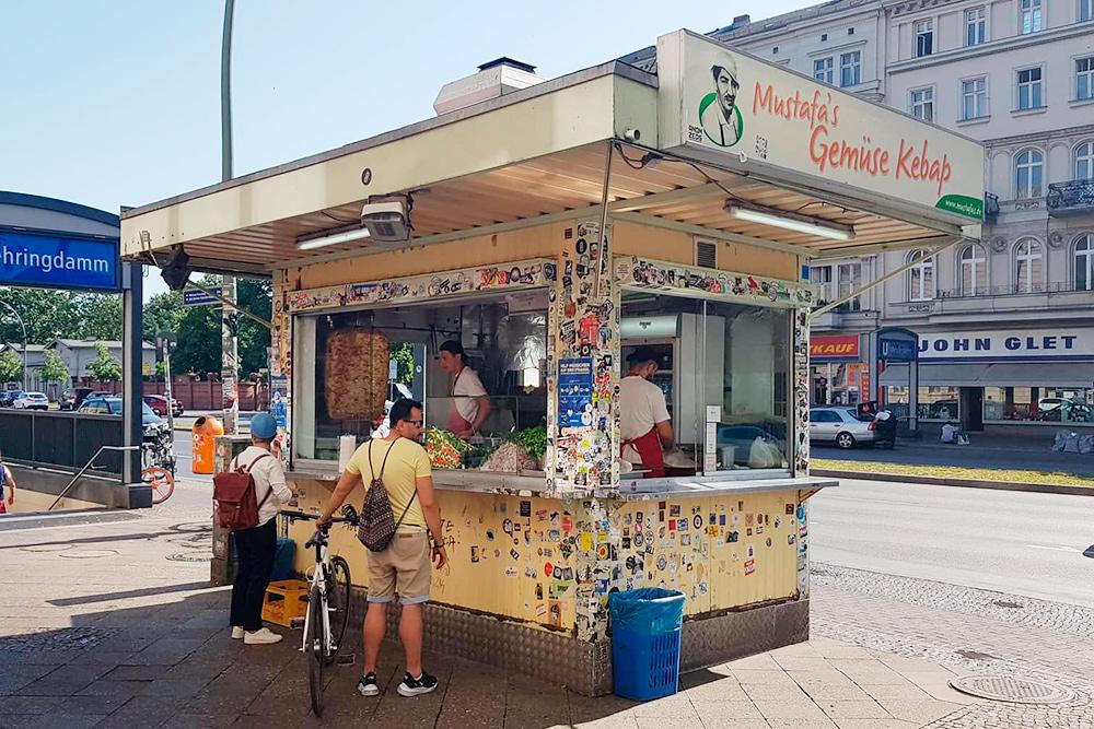 По мнению моих друзей, лучший в Берлине кебаб делают в Mustafa's Gemüse Kebap. Он стоит4€
