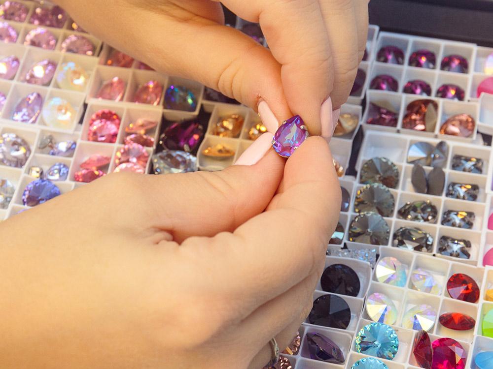 Процесс изготовления броши начинается с подбора материалов. Алина смотрит на цветовые сочетания, на формы