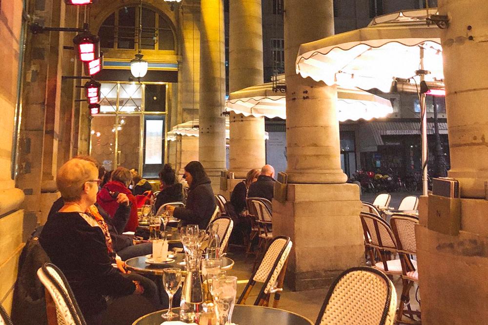 Красивое кафе с видом на станцию метро «Пале-Рояль» и вкусными десертами