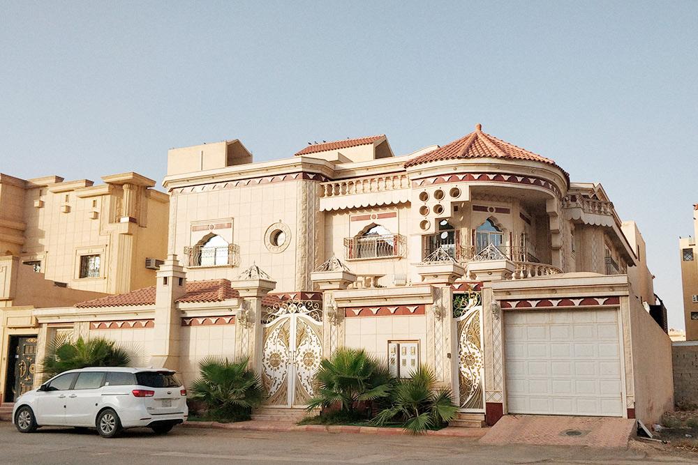 Виллы, в отличие от многоквартирных домов, обычно имеют небольшой внутренний дворик, больше окон и балкончиков, гараж и несколько входов
