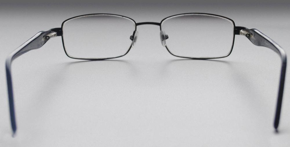 Оба заушника соприкасаются с ровной поверхностью — оправа симметричная
