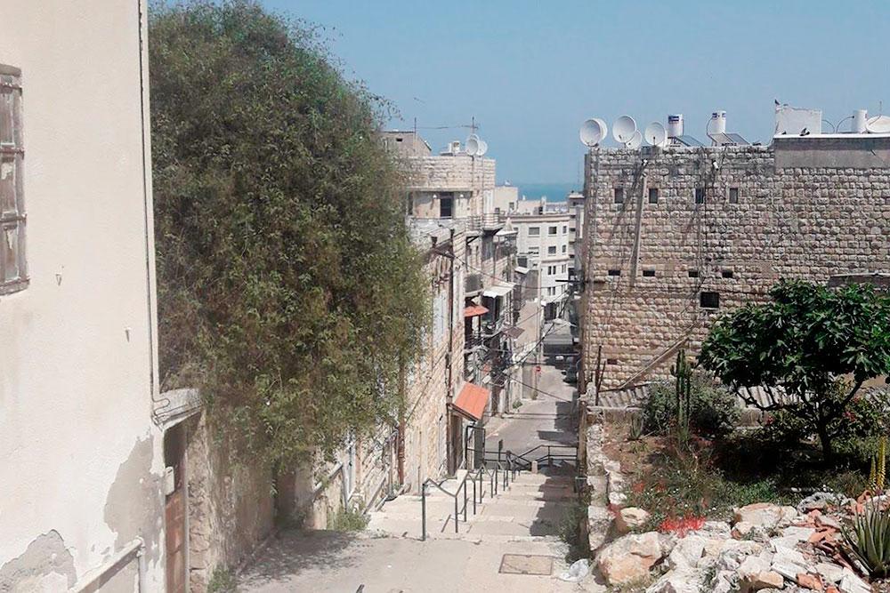 Спуск в арабском районе. Здесь живут мусульмане, арабы-христиане, студенты и толпы тараканов. Жилье недорогое, но часто грязное, убитое и с шумными соседями