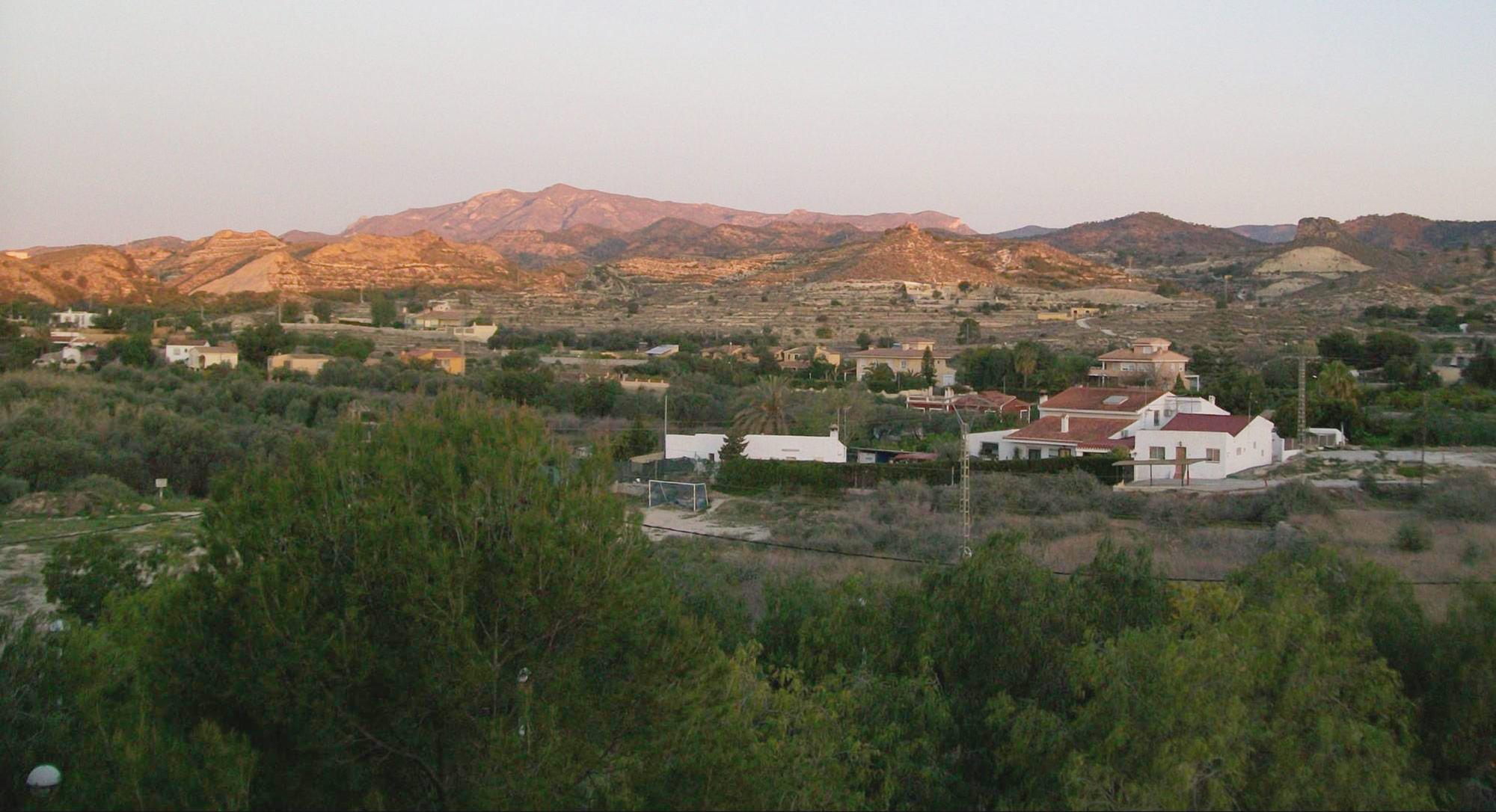 Четырехкомнатную квартиру рядом с пляжем и с видом на горы Иван арендует осенью за 1000€ в месяц