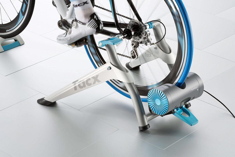Заднее колесо прижимается к резиновому ролику, имитируя сцепление с дорогой. На таком станке я тренировалась зимой. Источник: CityCicle