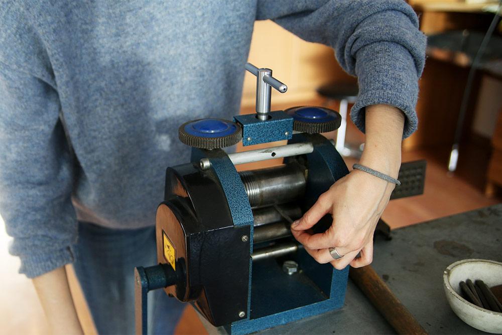 На вальцах ювелиры изготавливают прокаты металла для колец. Можно сделать заготовки разной толщины, длины и сечения. Из них получаются плоские широкие или классические полукруглые обручальные кольца
