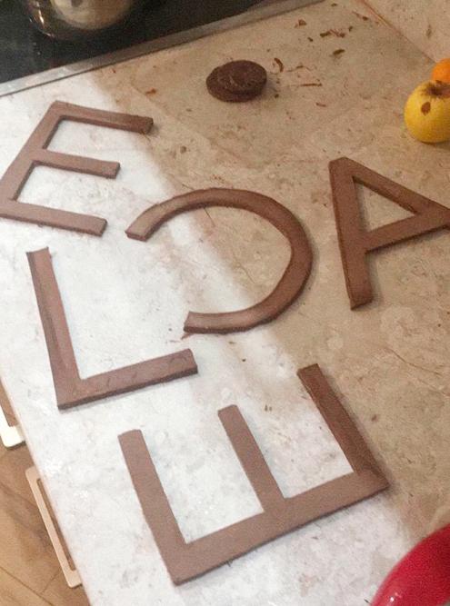 Сначала нужно было довести до необходимого состояния шоколад, распределить его по поверхности, чтобы буквы получились одинаковой толщины, и уже затем вырезать. Это трудоемкая работа: на каждую букву у меня уходило примерно 15 минут