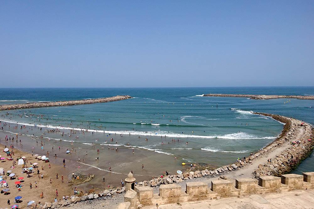 Пляж в Рабате. Пляж бесплатный и открыт для всех. Зонтики у всех свои, лежаков нет. Вода чистая, но народу много даже в самое пекло