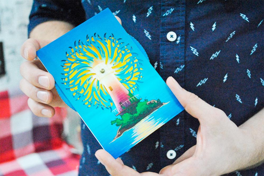 У каждого брата есть свое личное увлечение. У Максима это изготовление игрушек. Если покрутить шестеренку в торце открытки, за маяком «вспыхнет» яркое солнце. Эта игрушка стоит 550рублей. Такие изделия очень популярны в Европе, США и Японии