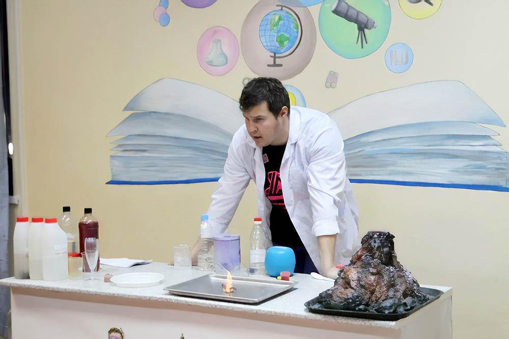 Для детских групп мы с первых же дней придумали проводить мастер-классы, химические и физические шоу. Вулкан на фото скоро извергнет лаву